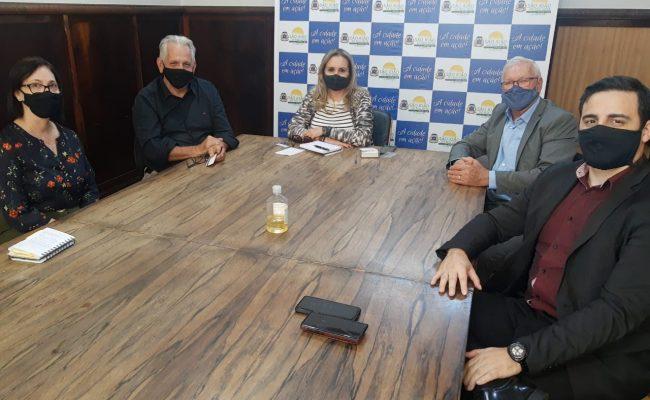 Reunião com a prefeita de São João da Boa Vista, Maria Terezinha, representantes do Hospital Samaritano e presidente do sindicato têxtil, Cláudio Peressim.